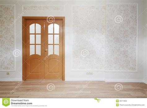 Porte En Bois Dans La Chambre Simple Avec Le Plancher En