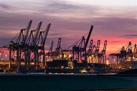 battello guida le navi in porto porto di amburgo turismo amburgo viamichelin