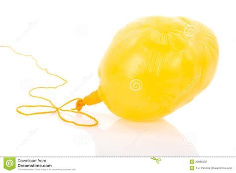 Globo amarillo desinflado en una cuerda foto de archivo imagen 29015532