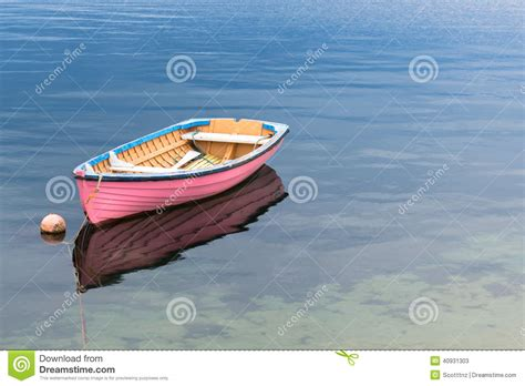 roze roeiboot a single pink boat in clear blue water stock image image