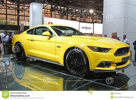 Bien Salon De L Auto Paris 2015 #4: jaune-ford-mustang-au-salon-de-l-auto-de-paris-45378436.jpg