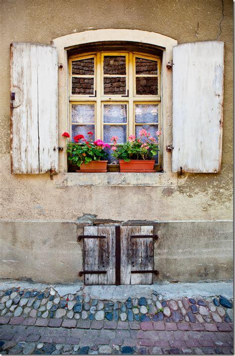 persiane bianche pin di antea aki alba su dalla finestra a fuori da fuori