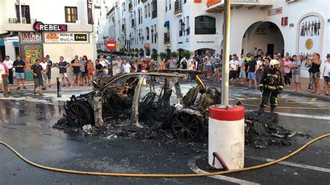 puerto banus coche quemado una mujer resulta herida en el incendio de un coche en