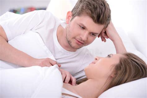 coppia a letto coppie a letto fotografia stock immagine di ragazza