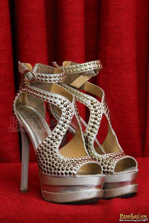 Sepatu Boot Wedges Zr12 Putih 33 foto ririn setyarini dan sepatu sepatu kesayangannya