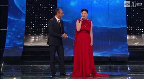 Tv Arisa sanremo 2015 gossip arisa scandalo come belen mostra il seno con effetto vedo non vedo