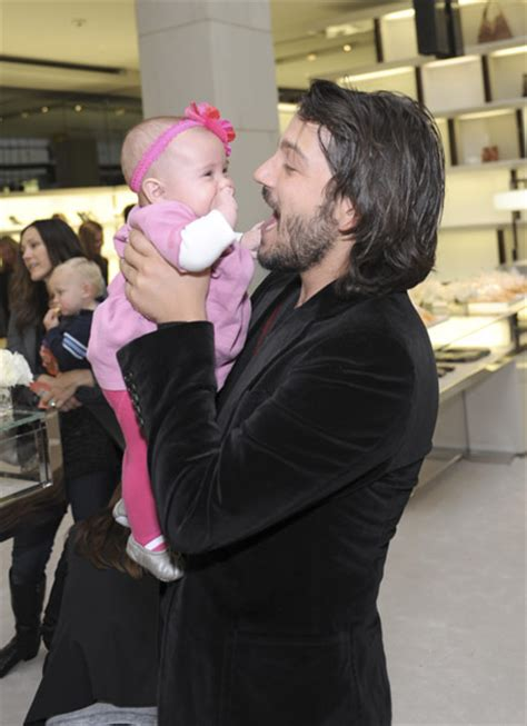 diego luna daughter conquer club view topic does diego luna have a giant head