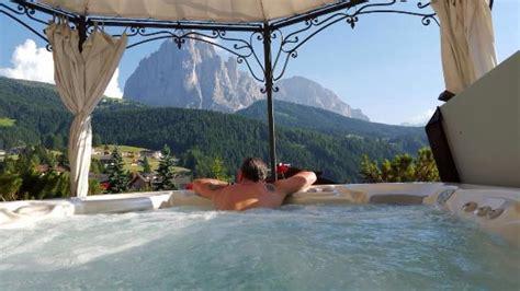 hotel con vasca idromassaggio in trentino vasca idromassaggio su terrazza panoramica con vista