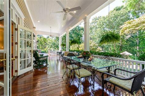 Porches Para Terrazas #3: Porches-entrada-casa-moderna-suelo-madera-lacada.jpg