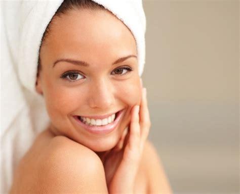 donna in doccia tapping dimagrire con il tocco delle dita overpress