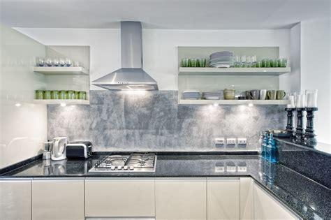 küchen l form modern wand streichen mit besen