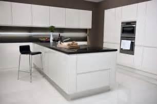 Impressionnant Cuisine Laquee Blanche #3: cuisine-blanche-noire-laquée-ilot-central-design-moderne.jpg