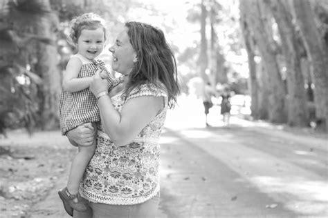 fotos en blanco y negro familia madre e hija en una foto en blanco y negro en marbella