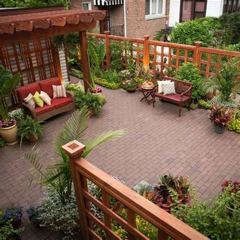 imagenes de jardines con veraneras foto de patio cl 225 sico peque 241 o en patio trasero con