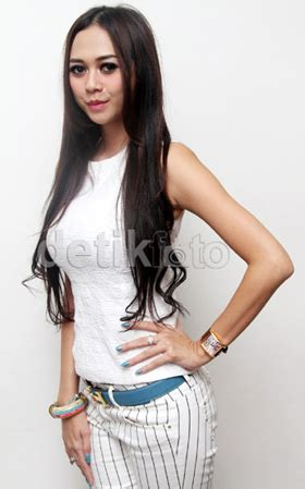 Kaos Wanita Mantan seleb wanita yang makin dengan kaus putih tipis