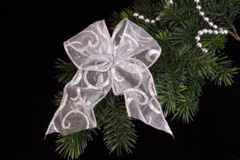 weihnachtsschleife silber christbaumkugeln
