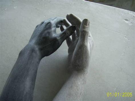 imagenes blanco y negro manos taller de escultura roberto gallardo escltura de manos