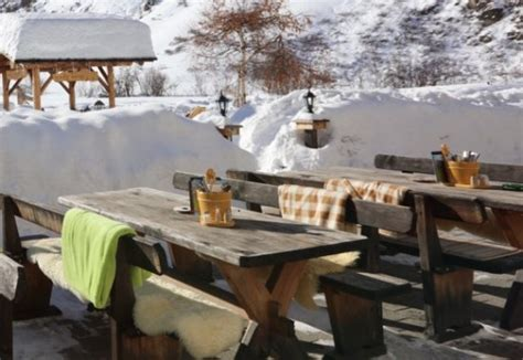 terrasse winter traditionelles wildbuffet bild walserhuus sertig