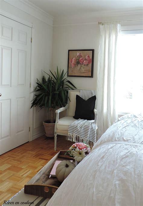 dans la chambre la chambre 224 coucher en blanc et gris r 234 ver en couleur