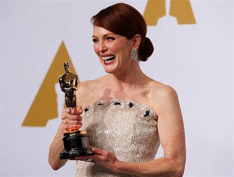 film oscar julianne moore julianne moore takes best actress oscar for still alice