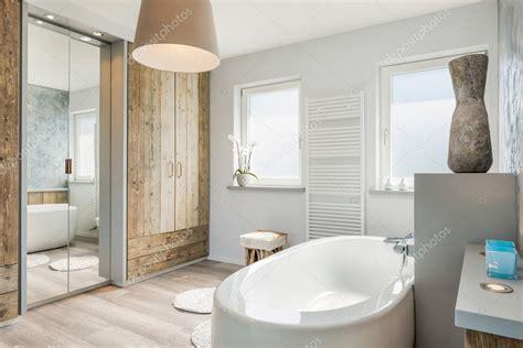 modern interieur met houten vloer moderne badkamer interieur met een apart bad grote