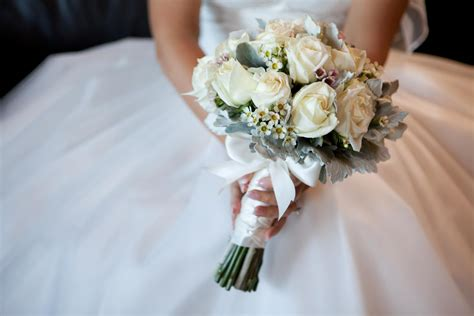 Wedding Pictures With Flowers by Guide To The Wedding Flowers You Ll Need