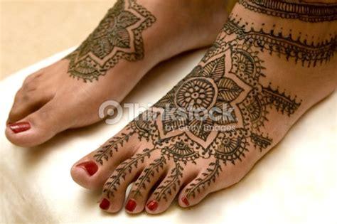 henna tattoo entfernen nagellackentferner henna applikation auf den weiblichen fu 223 stock foto