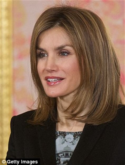 pictures of new anchors hair queen letizia of spain showcases chic new haircut during