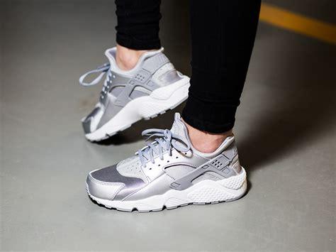 huarache running sandals s nike air huarache run se metallic silver size 4