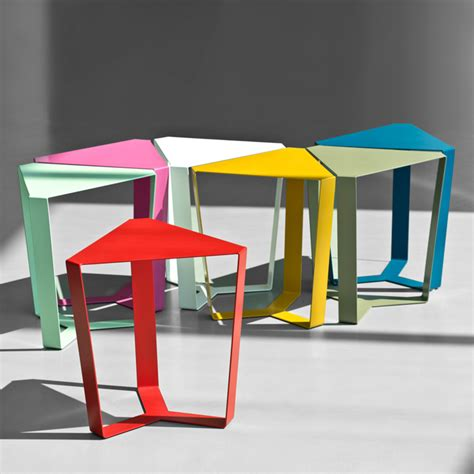 table bout de canapé design finity tavolino in metallo a base triangolare