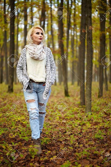 imagenes extrañas en el bosque mujer rubia cauc 225 sica madura al aire libre en el bosque