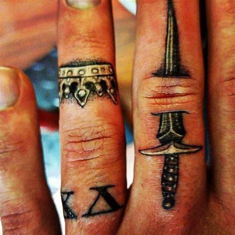 tattoo queen on finger die besten 25 tattoo krone am finger ideen auf pinterest