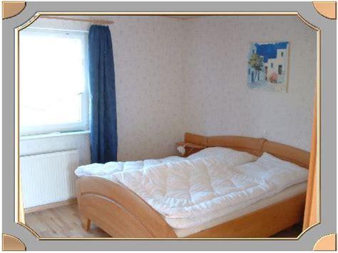 schrank neben bett viel platz im schlafzimmer neben und vor dem bett