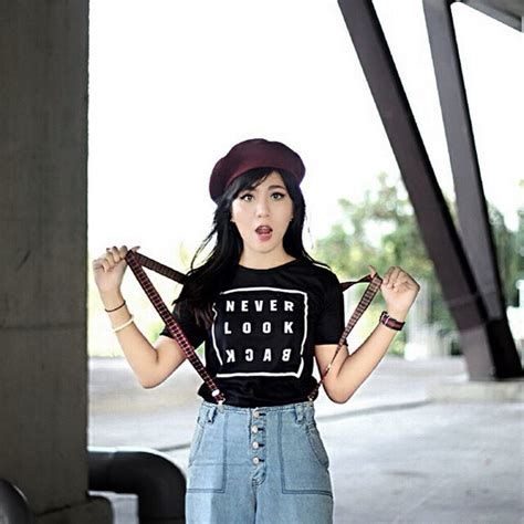 Kaos Never Look Back kaos memang nyaman tiada banding ungkapkan tentang dirimu