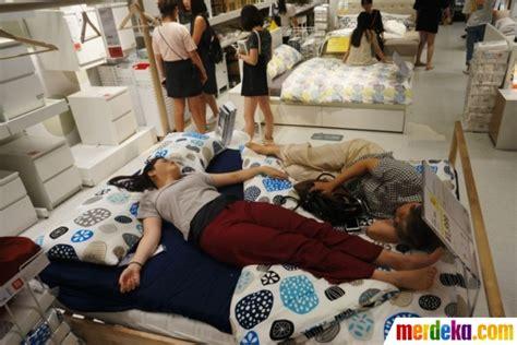 Kasur Di Ikea foto kelakuan konyol warga china tidur seenaknya di