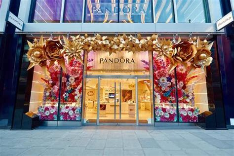ZOE BRADLEY CREATES FLORAL SPECTACLE FOR PANDORA LONDON