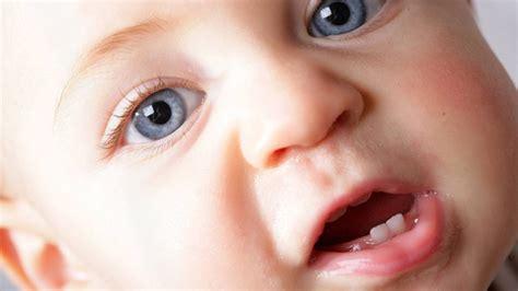 wann bekommt baby ersten zahn erste z 228 hne wie babys beim zahnen unterst 252 tzen kann