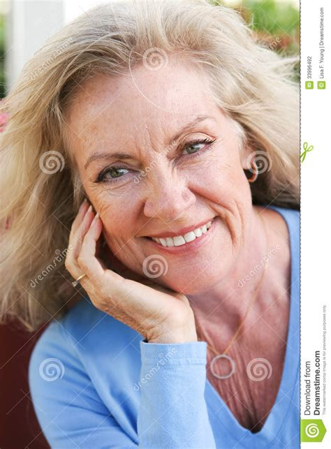blonde hair for middle age women blonde hair on the middle aged woman elizabeth banks