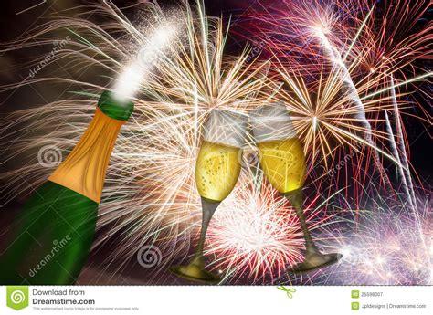 new years naperville 2014 chagne toast mit feuerwerk hintergrund lizenzfreie
