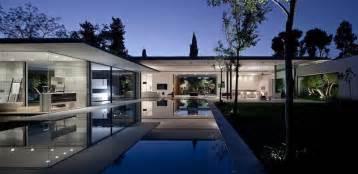 Glass Wall House maison en verre de plain pied avec piscine de jardin the float house