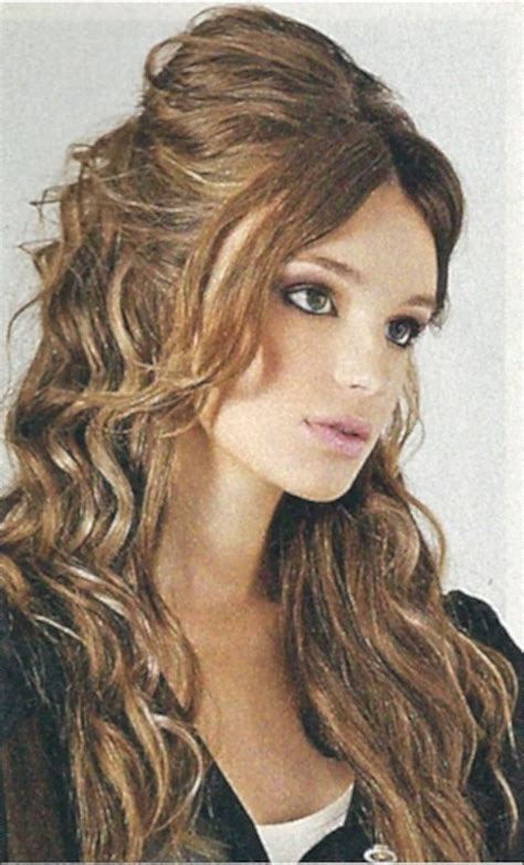 pictures of the ladies long curly layered haircut called the gypsy cut from the 1970s long curly layered hairstyles layered wavy haircut