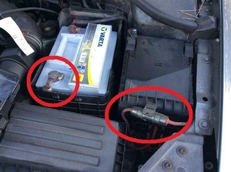 Autobatterie Masse Plus Oder Minus by Autobatterie Einbauen Oder Tauschen ᐅ So Funktioniert Es