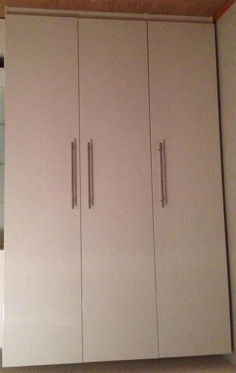 kleiderschrank 2m breit weiß schlafzimmer gestalten rot