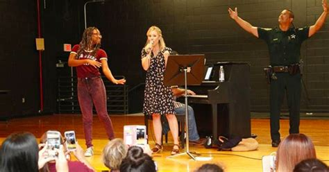 Keep Irma Y 27 9 210 kristen bell performed songs from frozen for evacuees at a hurricane irma shelter