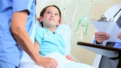 im krankenhaus liegen im krankenhaus lizenzfreie stock und