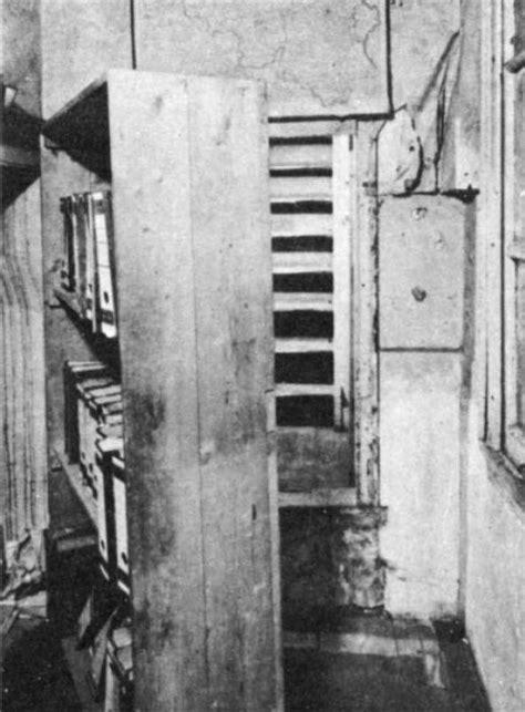 As escadas que dão para o Anexo Secreto aparecem quando a