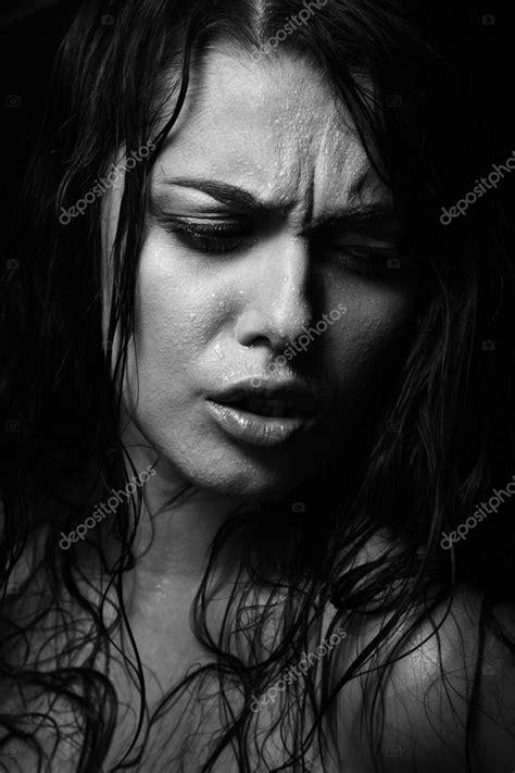 donna bagnata ritratto di donna bagnata con acqua gocce sul viso bianco
