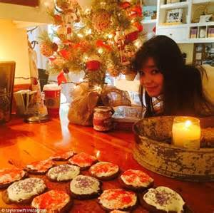 taylor swift    christmas decorating spirit    sister hailee steinfeld