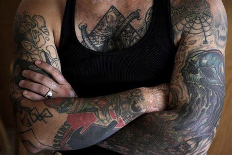 纹身女黑帮砍刀袍照图片 纹身女黑帮砍刀袍照图片下载