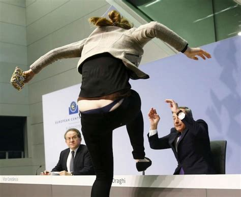 governatore della centrale europea quot no a dittatura bce quot draghi aggredito in conferenza